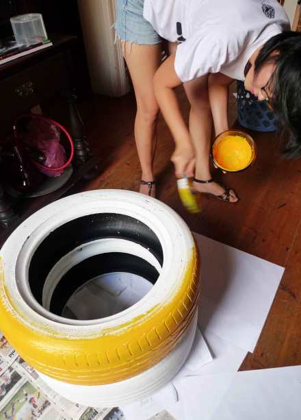Yameng Li painting the Tyred Chair